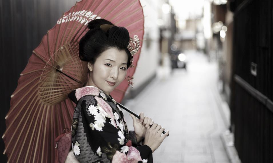 Dine privately with a Geisha in the Gion district.
